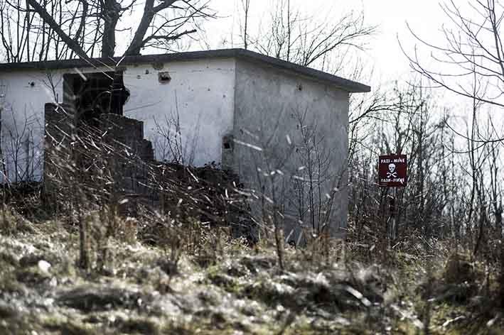 Case abbandonate alla periferia di Gradačac tra i campi minati Abandoned houses near Gradačac between mined fields