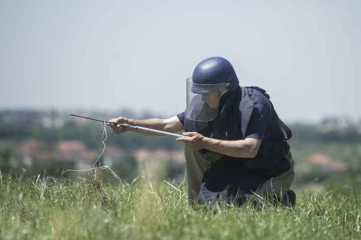 Sminatori al lavoro nei campi alla periferia di Gradačac Deminers at work near Gradačac